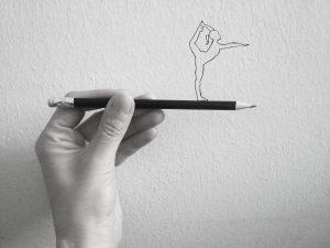 Elle est là main tenant un crayon